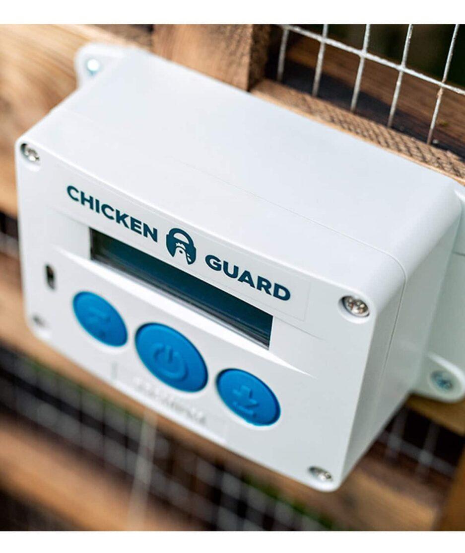 Portier automatique poulailler ChickenGuard Premium, vue par dessus pour se rendre compte de l'épaisseur (profondeur)